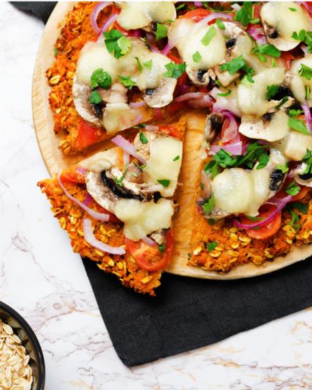 Vegan pizza met ui en champignons